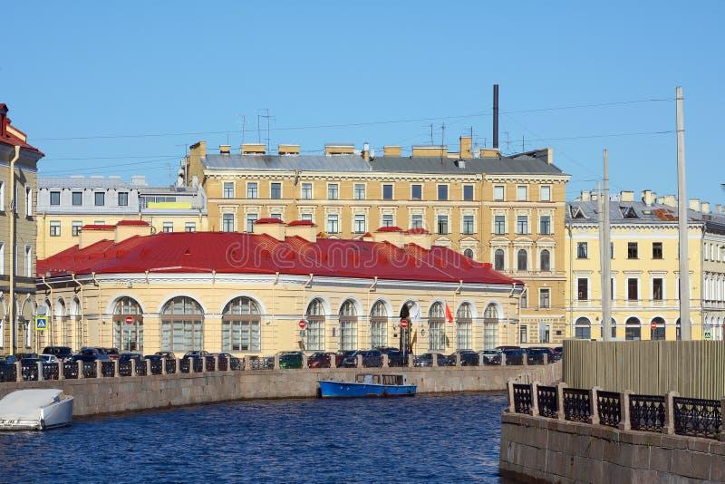 St Petersbourg, vue du grand pont d'écuries image stock