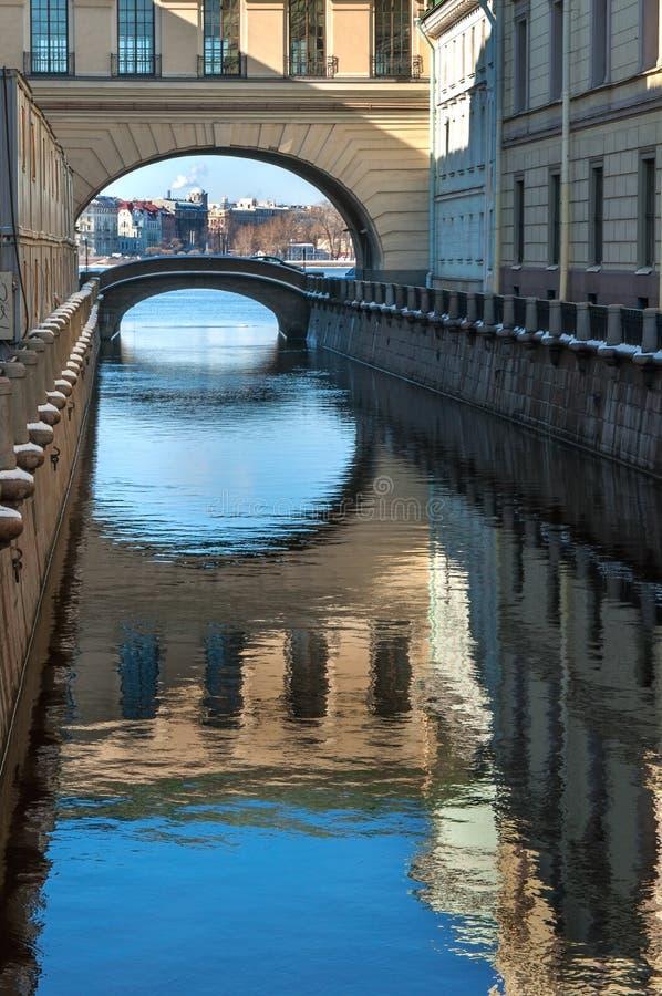 Download St. Petersburg stock foto. Afbeelding bestaande uit licht - 39106064