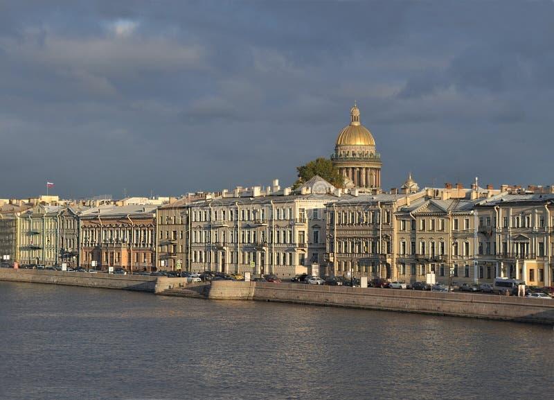 St. Petersburg, Admiralteyskaya-dijk in de avond royalty-vrije stock foto