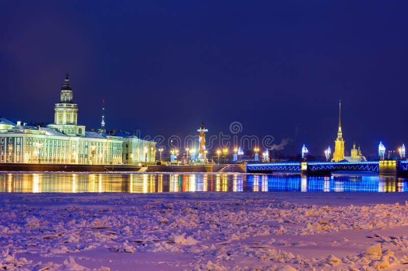 St. Petersburg in avond stock afbeelding