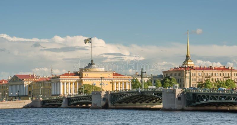 St Petersburg, bâtiments d'Amirauté sur le quai de la rivière Neva photo libre de droits