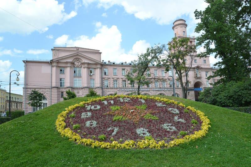 St Petersburg Blumenuhr gegen die ITMO-staatliche Universität stockfotos