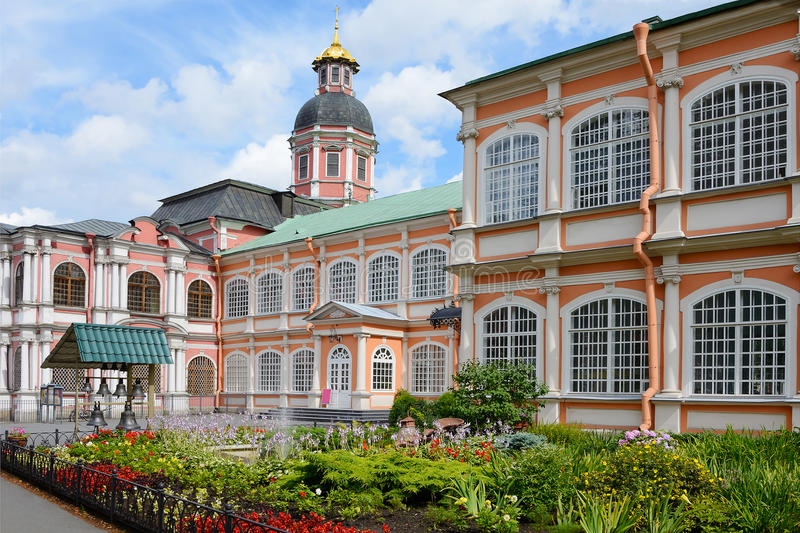 St Petersburg, a cama de flor em Alexander Nevsky Lavra fotos de stock royalty free