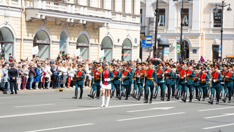St Petersburg, czerwiec 12, 2019 Kwiatu festiwal Nevsky perspektywa Wiele ludzie przychodzili festiwal Militarny zesp?? obrazy royalty free