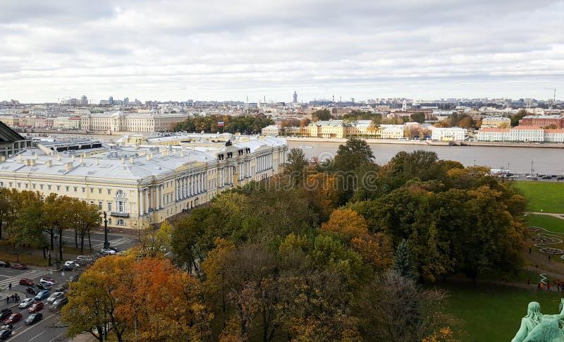 St. Petersburg in de herfst met Boris Yeltsin Presidential Library en kleurrijke bomen en Neva-rivier stock foto's