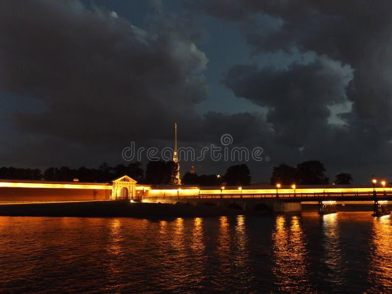 St Petersburg in der Nacht lizenzfreie stockfotografie