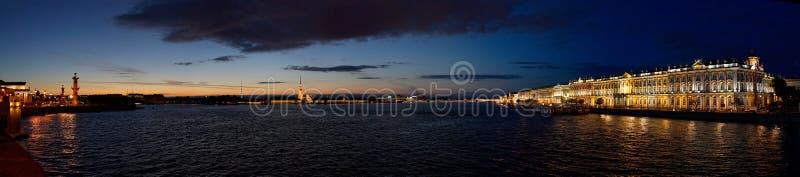 St Petersburg durante las noches blancas - río de la ermita y de Neva imagen de archivo libre de regalías