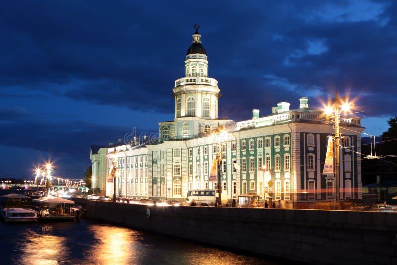 St Petersburg. El edificio del museo de la anatomía en la noche blanca imagenes de archivo
