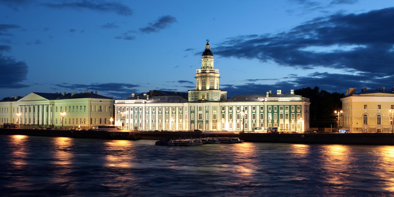 St Petersburg. El edificio del museo de la anatomía en la noche blanca foto de archivo libre de regalías