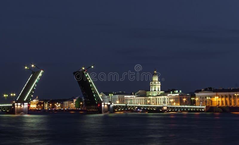 St Petersburg, el puente del palacio foto de archivo