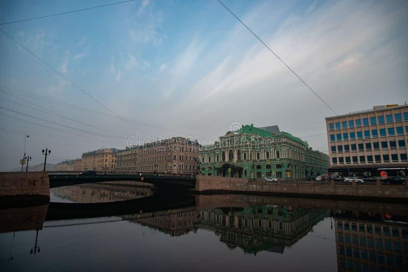 St Petersburg, el teatro grande del drama, río de Fontanka, puente, cielo imagen de archivo libre de regalías