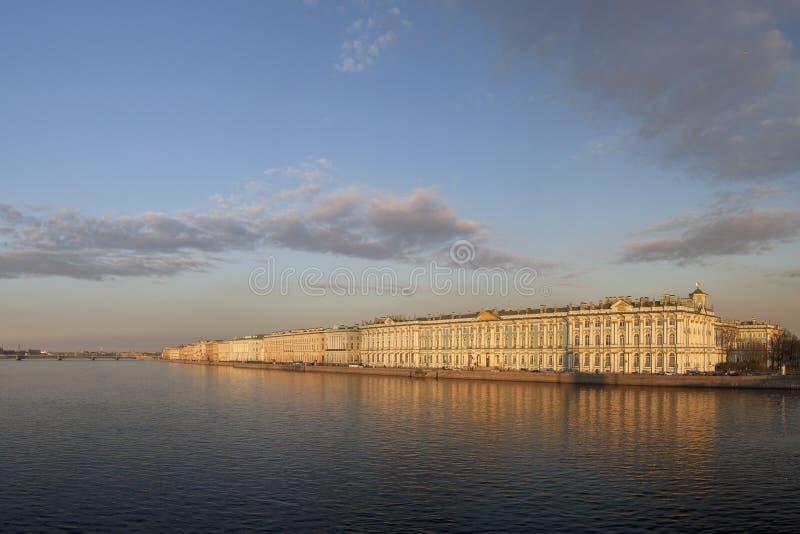 St Petersburg en sikt på vinterslotten royaltyfria foton