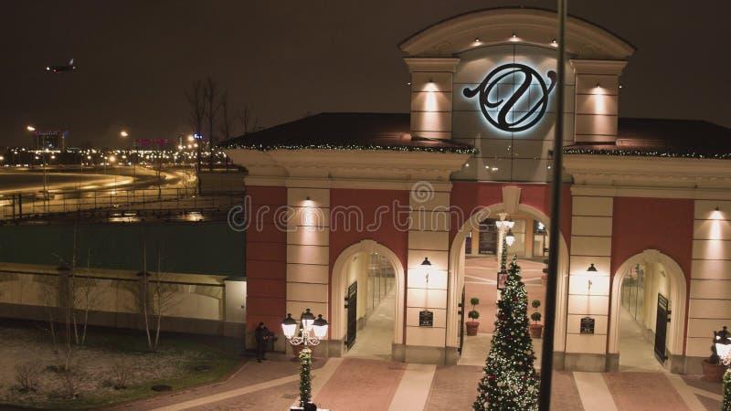 St Petersburg, entrada a alguma área de compra com iluminação no dia de inverno imagens de stock