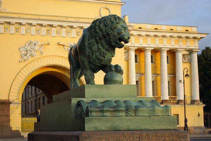 St Petersburg, a figura de um leão do cão de guarda fotografia de stock royalty free