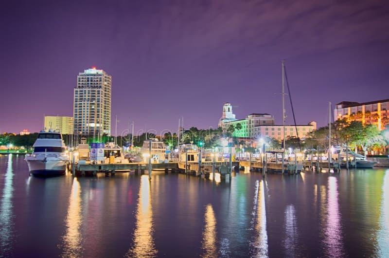 St Petersburg Florida miasta nabrzeże przy nocą i linia horyzontu fotografia royalty free