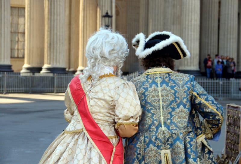 St Petersburg: folk som bär den traditionella klänningen royaltyfri fotografi