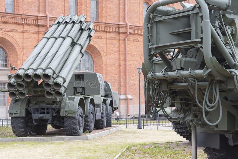 ST Petersburg, gevechtsvoertuig 9A52 de salvo-brand van 300 mm reactieve systemen Smerch 9K58 in een militair artilleriemuseum royalty-vrije stock foto
