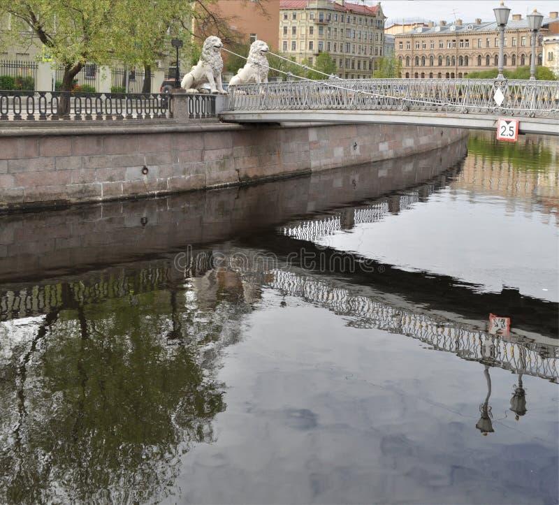 St. Petersburg, Griboyedov-Kanaal Lviny (Leeuw) Brug royalty-vrije stock fotografie