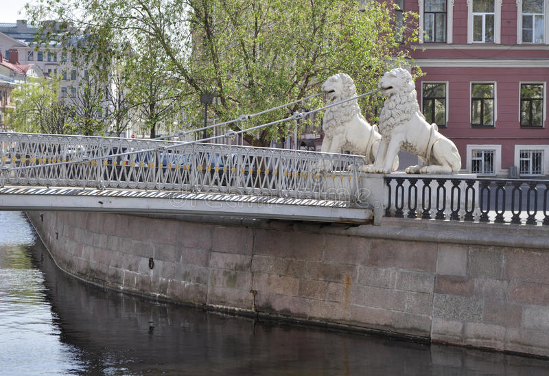 St. Petersburg, Griboyedov-Kanaal Lviny (Leeuw) Brug royalty-vrije stock foto