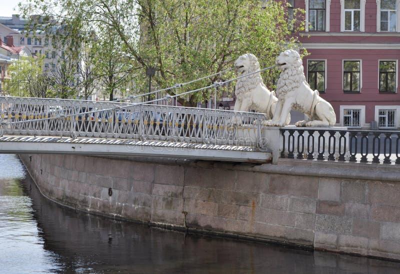 St Petersburg Griboyedov kanal Lviny (lejon) bro royaltyfri foto