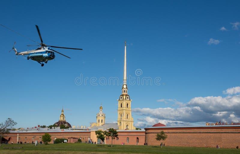 St Petersburg helikopter wznosi się blisko Peter i Paul fortecy fotografia stock