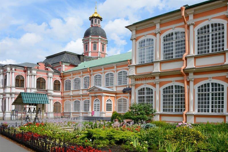 St. Petersburg, het bloembed in Alexander Nevsky Lavra royalty-vrije stock foto's