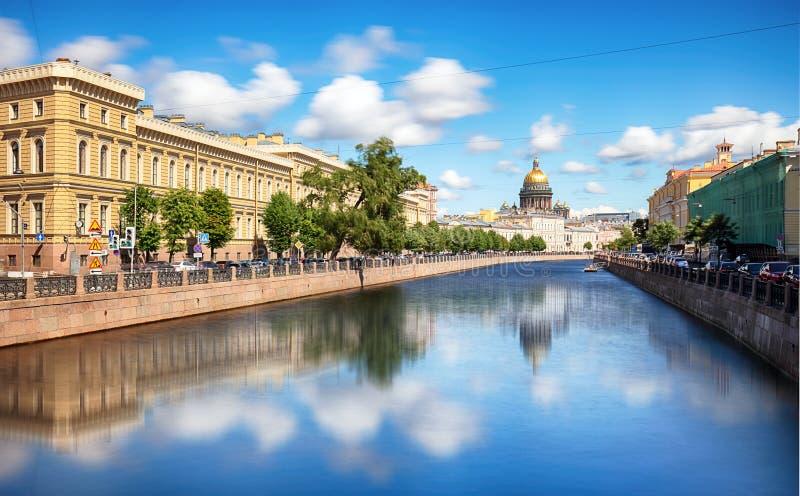 St Petersburg, Isaacs domkyrka, strandkanal och hus - Ryssland arkivbild