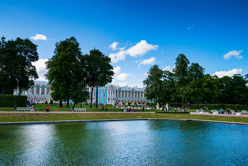 ST.PETERSBURG - 15 JUNE 2015: View of tourists in park near Catherine`s Palace royalty free stock photos