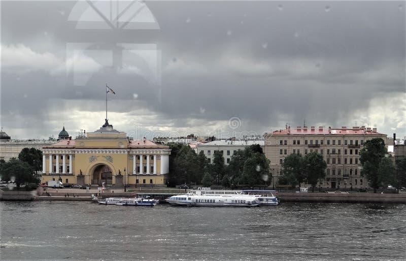 St Petersburg La vue de la fenêtre de la ville - la rivière, remblai, maisons images libres de droits