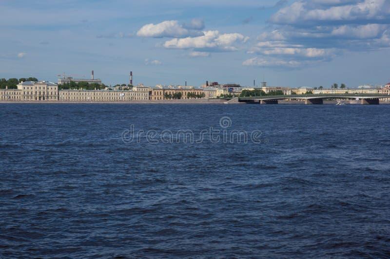 St. Petersburg, mening van de stad van Neva River stock afbeelding