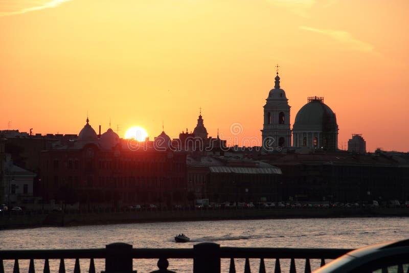 St Petersburg, Neva River, Sonnenuntergang lizenzfreie stockfotos