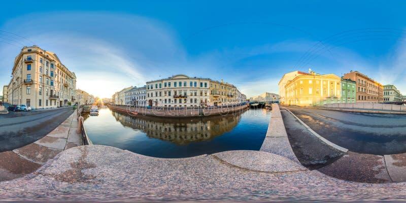 St Petersburg - 2018 : Nuits blanches Ciel bleu panorama 3D sphérique avec l'angle de visualisation 360 préparez pour la réalité  photos libres de droits