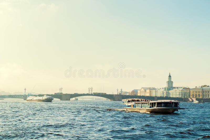 St Petersburg panorama - Neva flod och St Petersburg gränsmärken av universitetinvallningen och den Vasilievsky ön royaltyfria bilder