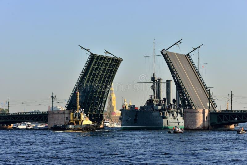 St Petersburg Passaggio dell'incrociatore fotografia stock