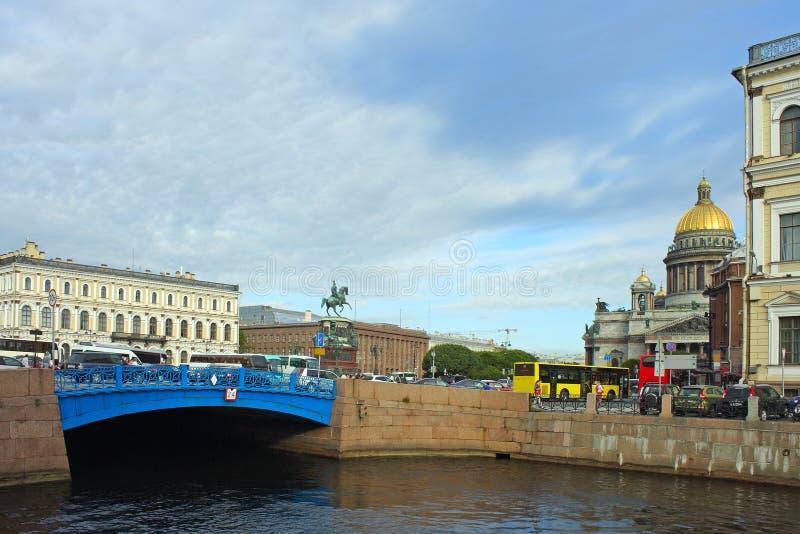 St Petersburg, passerelle bleue sur la rivière Moika images libres de droits