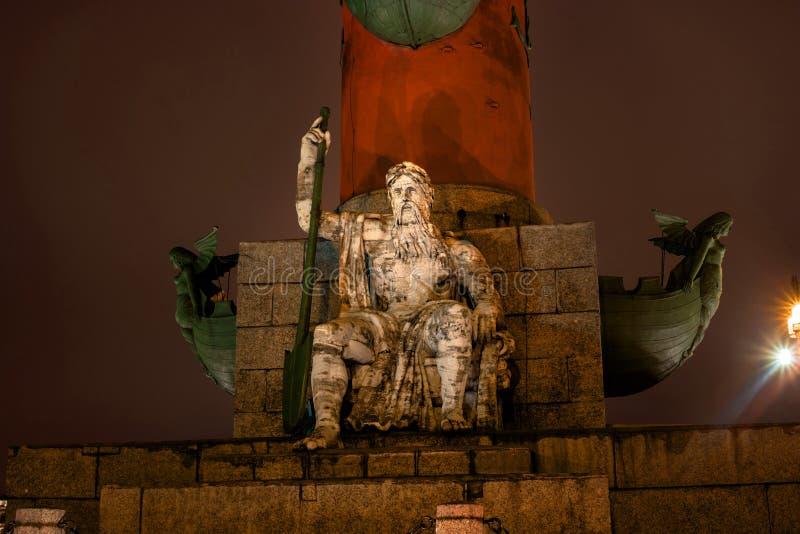 St Petersburg Południowa dziobowa kolumna Męska postać allegorically reprezentuje Zaporoską rzekę kolory wykładają noc fotografię obrazy stock
