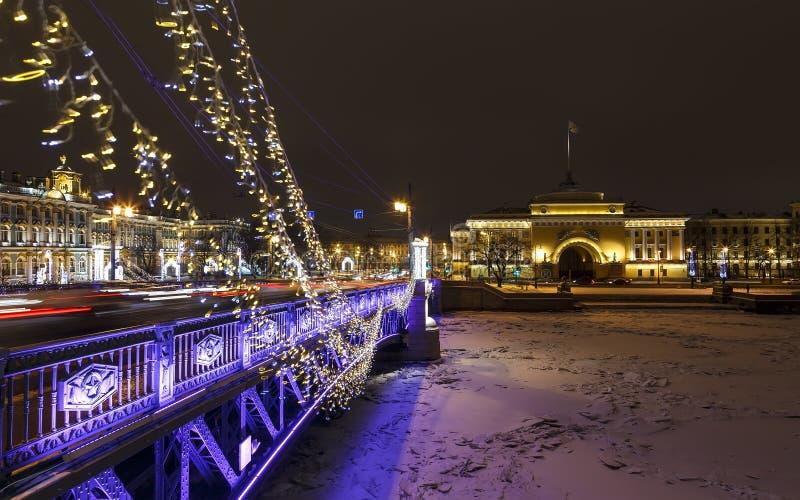 St Petersburg Puente del palacio Petersburgo la víspera del Año Nuevo Terraplén del palacio Petersburgo en el invierno Navidad fotografía de archivo