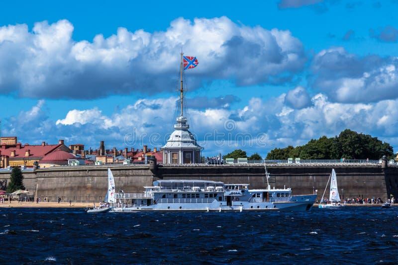 ST PETERSBURG, RÚSSIA - 29 DE AGOSTO DE 2018: barco de prazer no fundo da fortaleza de Peter e de Paul fotografia de stock