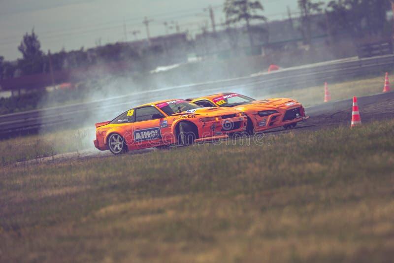St Petersburg, Rússia - 15 de agosto de 2018: Carro de corridas poderoso que deriva na trilha da velocidade fotos de stock