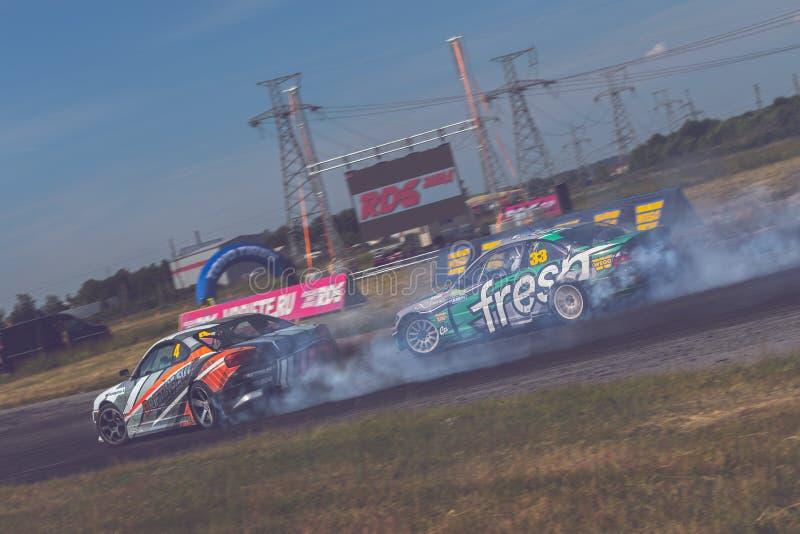 St Petersburg, Rússia - 15 de agosto de 2018: Carro de corridas poderoso que deriva na trilha da velocidade fotos de stock royalty free