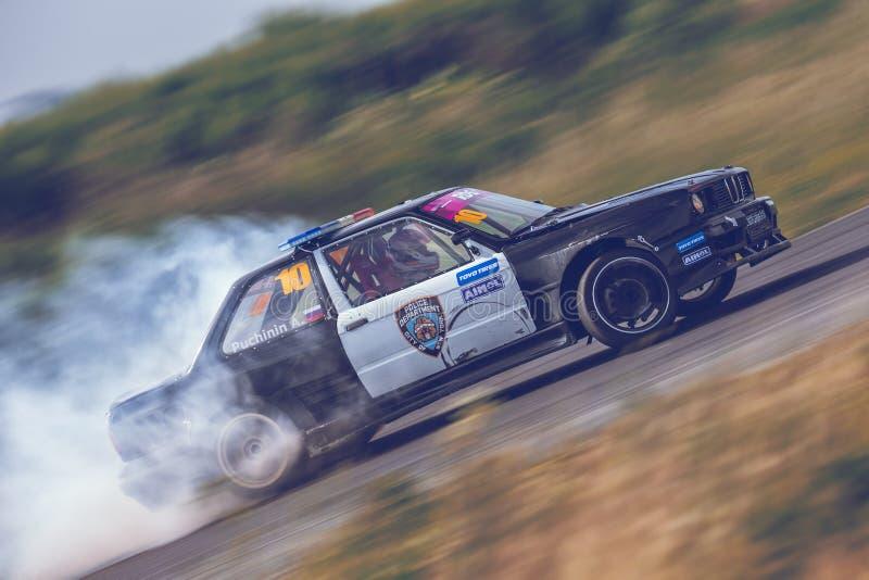 St Petersburg, Rússia - 15 de agosto de 2018: Carro de corridas poderoso que deriva na trilha da velocidade imagem de stock royalty free