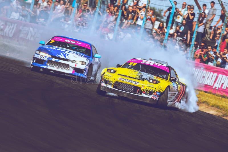 St Petersburg, Rússia - 15 de agosto de 2018: Carro de corridas poderoso que deriva na trilha da velocidade foto de stock
