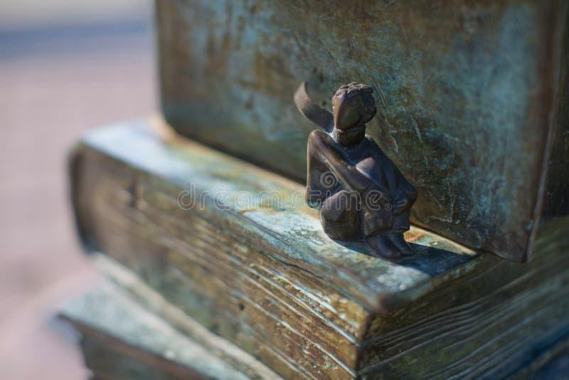 St Petersburg, Rússia - 10 de agosto de 2018: uma estátua romântica pequena de um príncipe pequeno imagem de stock