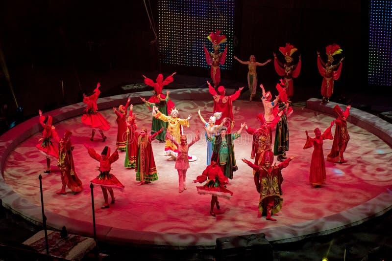 St Petersburg, Rússia - 8 de janeiro de 2017: Desempenho do circo - sonho profético - acesso dos artistas à curva no fim do pre imagens de stock royalty free