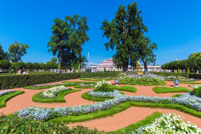 ST PETERSBURG, RÚSSIA - 27 DE JULHO DE 2014: Caminhada dos turistas perto do fotos de stock royalty free