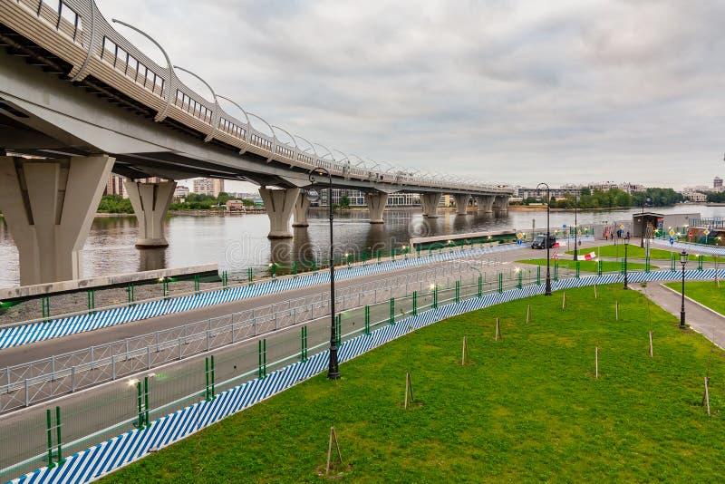 St Petersburg, Rússia - 10 de julho de 2018: Passagem superior do diâmetro de alta velocidade ocidental em St Petersburg fotografia de stock royalty free