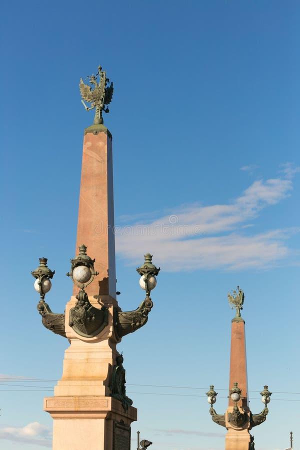 St Petersburg, Rússia - 28 de junho de 2017: colunas das lanternas em Petersburgo imagens de stock royalty free