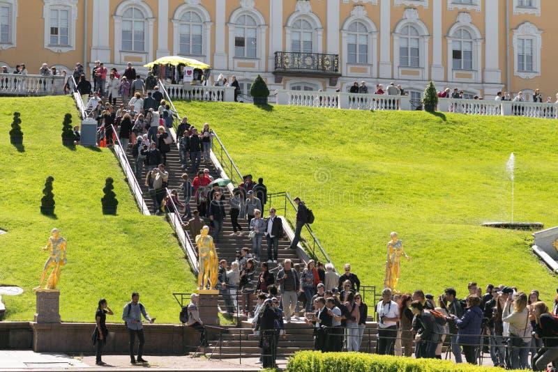 St Petersburg, Rússia - 28 de junho de 2017: muitos turistas dos países diferentes em Peterhof em St Petersburg Petersburgo foto de stock