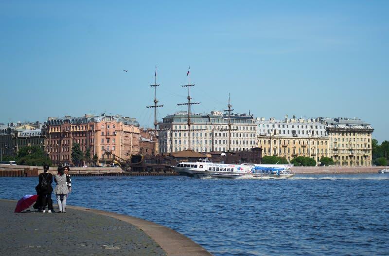 St Petersburg, Rússia - 1º de junho de 2016: Os turistas examinam o navio de navigação antigo e moderno no Neva fotografia de stock