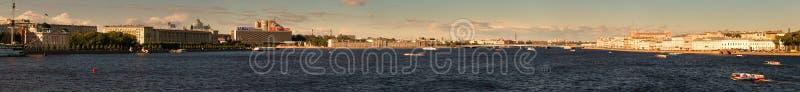 St Petersburg, Rússia - 28 de junho de 2017: Vista panorâmica da terraplenagem de Neva River em St Petersburg foto de stock royalty free